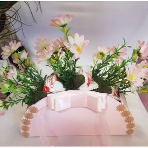 Díszes kosár virággal és Raffaellóval
