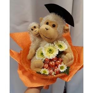 Csokoládéval plüss majommal díszített csokor