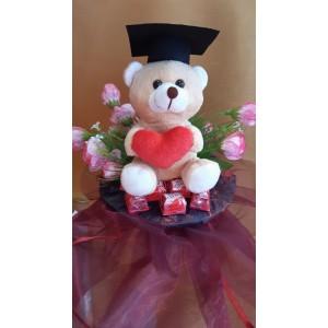 Virágcsokor szívecskés macival diploma kalappal