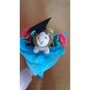 Virágcsokor oroszlán plüssel diploma kalappal