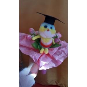 Virágcsokor méhecske plüssel diploma kalappal