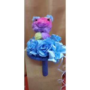Virágcsokor kék művirággal színes plüssel